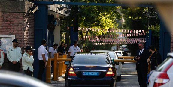 تجمع جمعی از دانشجویان مقابل سفارت انگلیس در تهران
