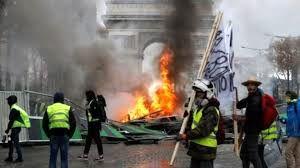 درگیری شدید در فرانسه + فیلم/ پلیس های ضد شورش فرانسه با جلیقه زرد ها درگیر شدند