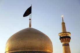 دقایقی پیش پرچم عزای حسینی بر فراز گنبد عقیله بنی هاشم حضرت زینب(س) برافراشته شد