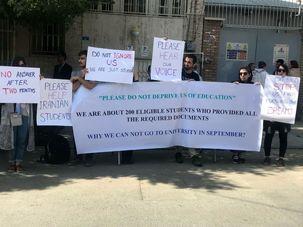 تعدادی از دانشجویان ایرانی دانشگاه های ایتالیا مقابل سفارت ایتالیا در تهران اعتراض کردند