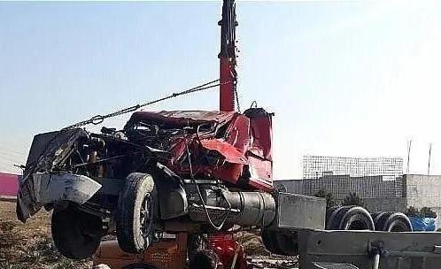 کامیون حمل سیمان در بزرگراه همت واژگون شد