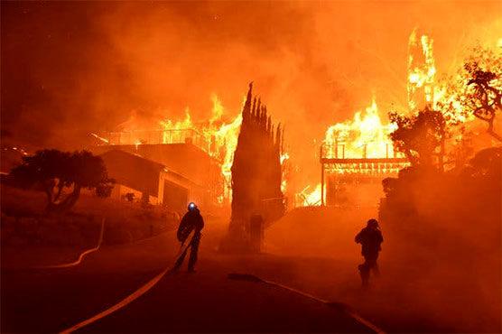 آتشسوزی مهیب در کالیفرنیا / دهها هزار نفر منازل خود را به دستور پلیس ترک کردند