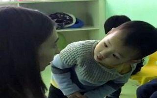 عکس العمل عجیب کودک چینی وقتی برای اولین بار چهره یک اروپایی را می بیند+ فیلم