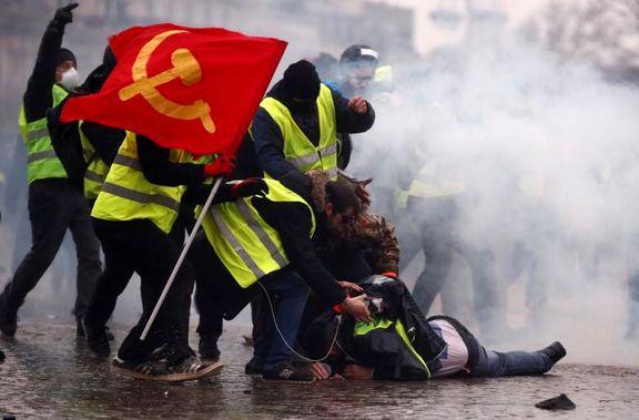 تصویری از حمل پرچم شوروی توسط جلیقه زردها