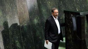 معاون اول رئیس جمهور در پشت تریبون برای دفاع از وزیر پیشنهادی نتوانست قرار گیرد