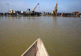 فیلم تلاش مردم گمیشان برای جلوگیری از وارد شدن آب به داخل شهر