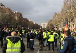 فیلم حضور معترضان در خیابان شانزهلیزه + ویدئو