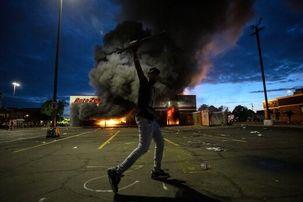 زیر گرفتن یک معترض به قتل جوان سیاهپوست آمریکایی توسط پلیس + فیلم