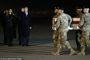 تصویری ادای احترام ترامپ به دو سرباز کشته شده آمریکایی در افغانستان