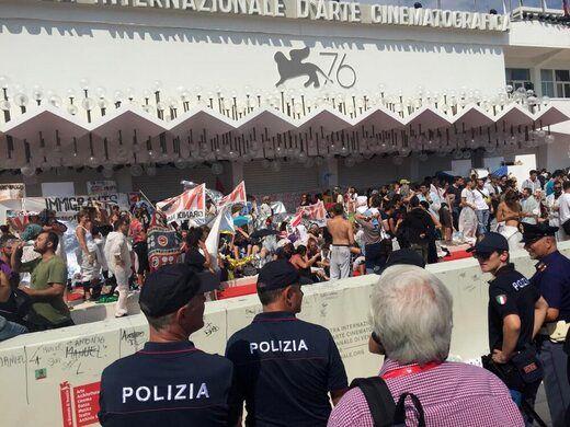 تجمع اعتراضی فعالان محیط زیست روی فرش قرمز جشنواره فیلم ونیز+ عکس