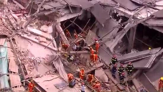 فروریختن یک ساختمان در شانگهای چین+ عکس
