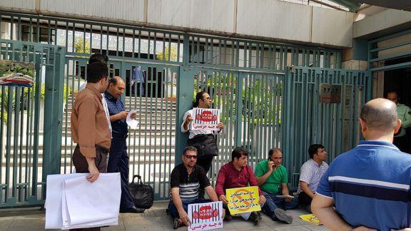 سهامداران های وب مقابل سازمان بورس اعتراض کردند