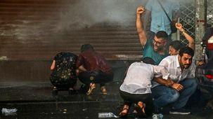 تجمع گسترده معترضان به برکناری شهردار سه شهر در ترکیه