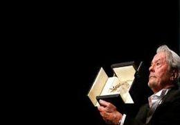 لحظه اهدای نخل طلای افتخاری جشنواره کن به «آلن دلون»  + فیلم