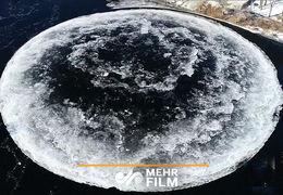 توده یخ شبیه به ماه روی یک دریاچه