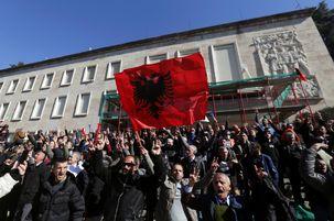 حمله تظاهرکنندگان خشمگین آلبانیایی به مقر نخستوزیر