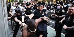 حمله پلیس با اسلحه شوکر به یک سیاهپوست در اعتراضات