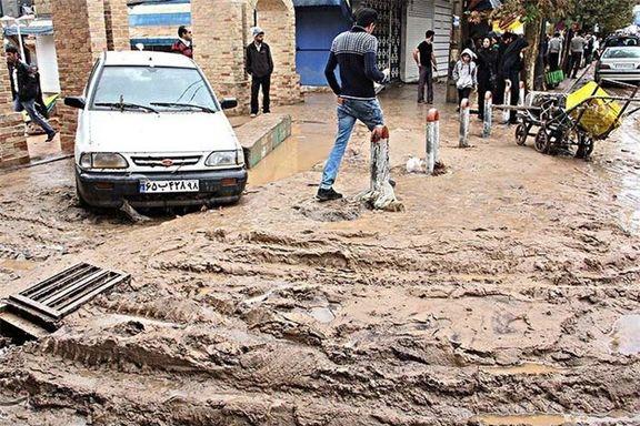 وقوع سیل در ایلام و گرفتاری ماشین ها در آب